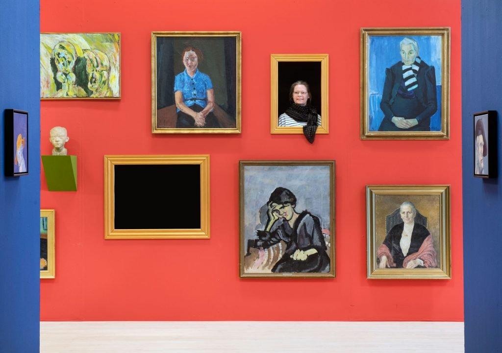 Installationsfoto med portrætvæg