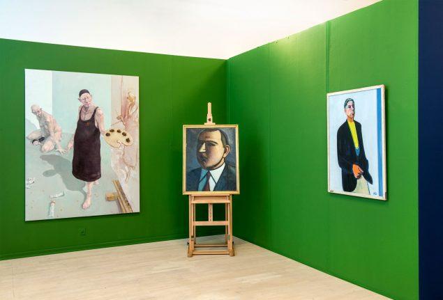 Installationsfoto med Michael Kviums Fools (1993-2014) i forgrunden og portrætter af Harald Giersing, Svend Wiig Hansen og en lang række andre kunstneren i baggrunden.
