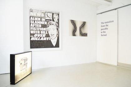 En sort/hvid udstilling. Punktum