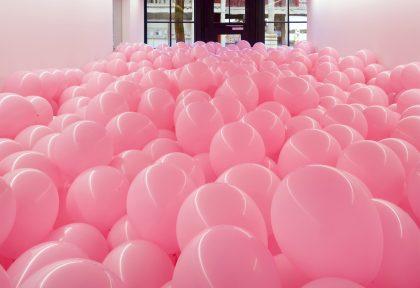 Britisk kunstner installerer ballonværk i Trekantområdet