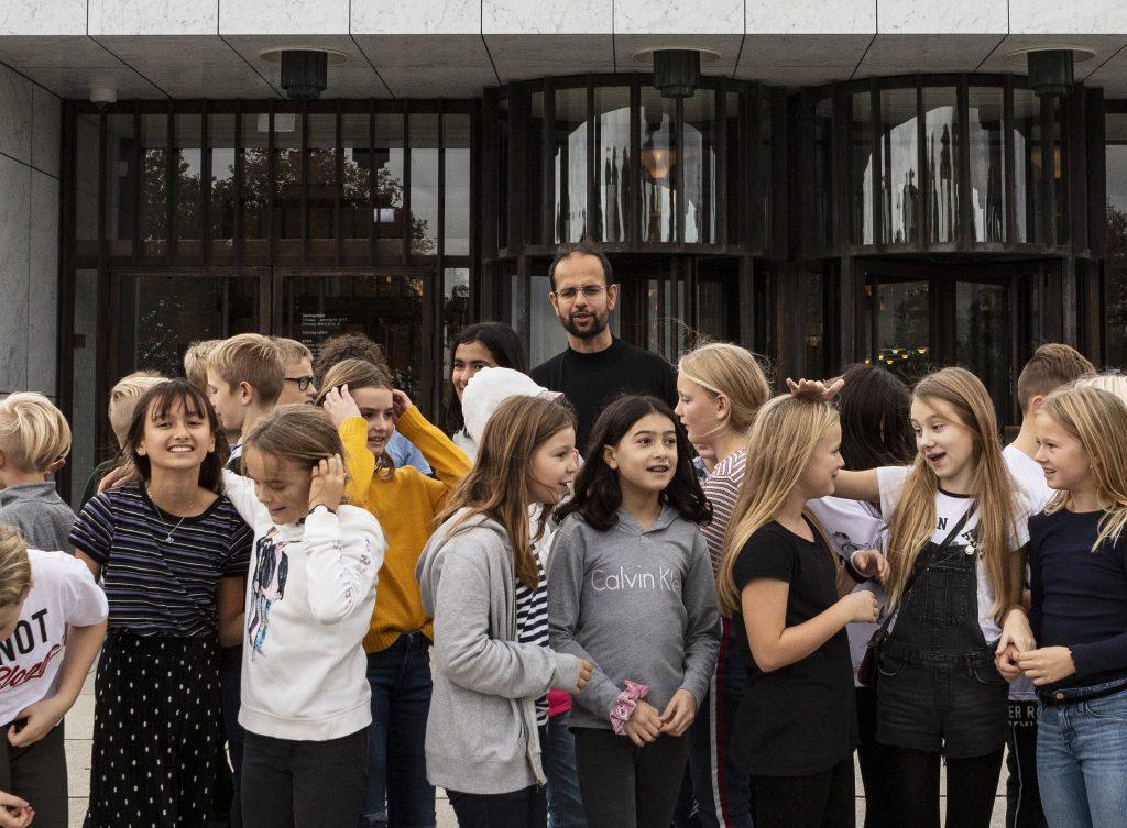 Tino Sehgal og børn fra Filstedvejens skole