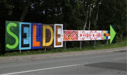 Nyt byskilt til landsbyen med kunst i blodet