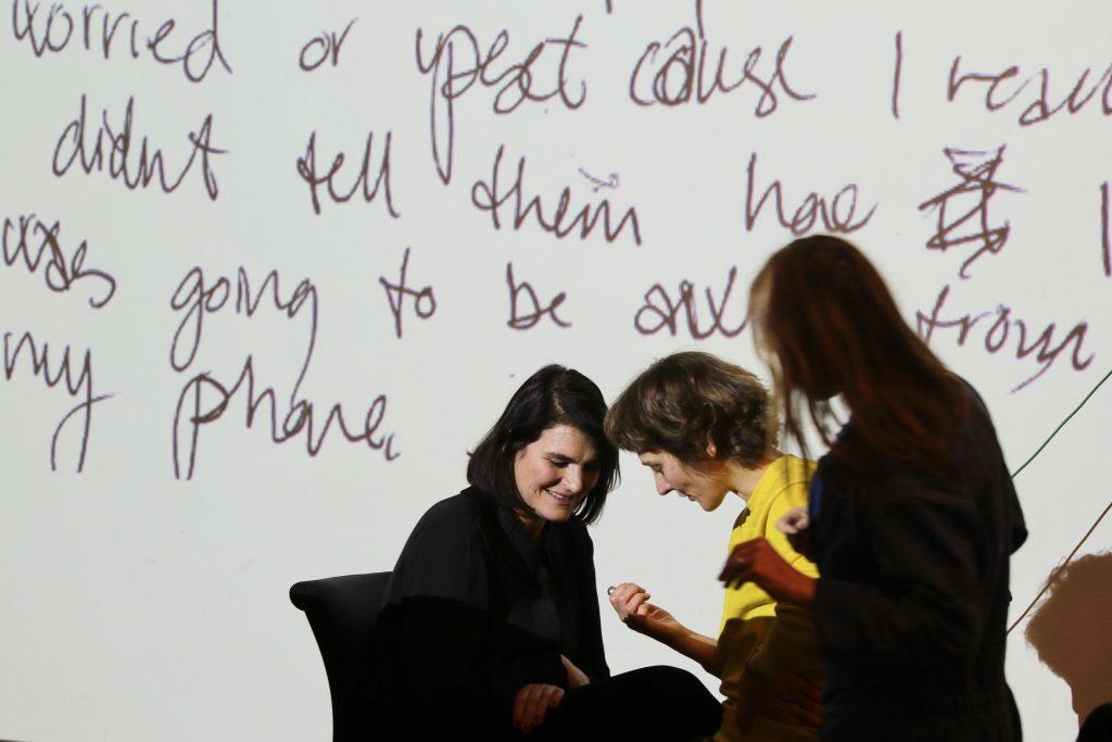 Bikubenfondens kunstsalon Vision: Distract me not. Gry Worre Hallberg og Hannah Toticki Anbert studerer Anberts mobilhæmmende redskaber. Foto: Luna Stage.