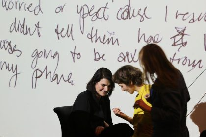 Er du på? Kunstsalon med Hannah Toticki Anbert diskuterer livet i mobilens æra