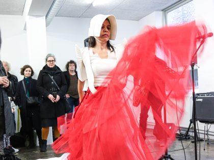 Gallerirevy Aarhus feb 2020: Lilibeth Cuenca Rasmussen i clinch med blæksprutter og Grundtvig