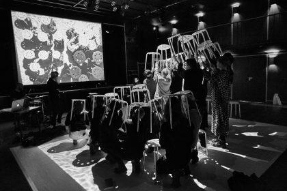 Sidsel Christensen førte publikum igennem test af kollektivitet på VEGA|ARTS