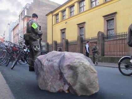 Peter Voss-Knudes antiterror-barrikade flyttet til den jødiske synagoge i København