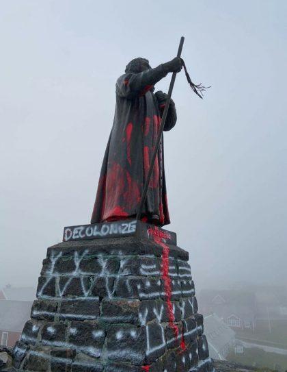 Ukendte gerningsmænd hælder maling på statue af Hans Egede