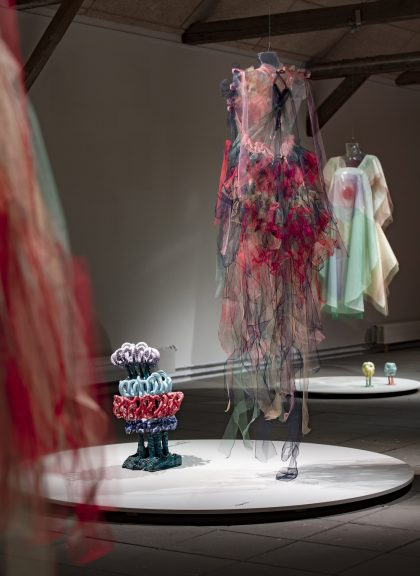 Tv. Bente Skjøttgaard: Cumulus Congestus # 1428, 2014, stoneware and glaze, og Anne Damgaard: Up #2, nylontyl, 2018. Bagerst: Anne Damgaard: Yellow Look Up, bomuldsgaze og nylontyl, 2020