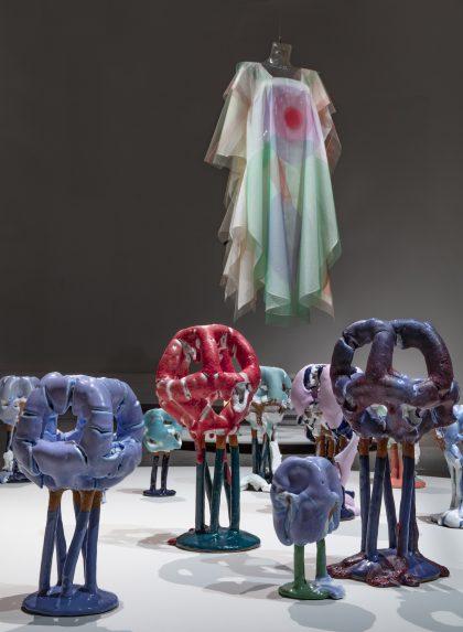 Forrest: Bente Skjøttgaard: Metamorphasis stoneware and glaze, 2016-17. Bagerst: Anne Damgaard: Yellow Look Up, bomuldsgaze og nylontyl, 2020