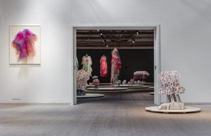 Udstillingsview: Forrest th. Bente Skjøttgaard: Nature of Glaze #1803, stoneware and glaze, 2018, og tv. Anne Damgaard: Purple Portrait, 2020, nylontyæ, bomuldsgaze, mdf og aluminium.