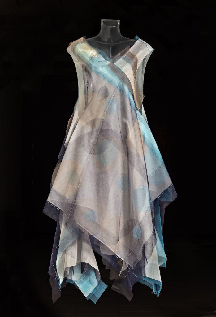 Anne Damgaard: Blue Way Out, bomuldsgaze og nylontyl, 2020