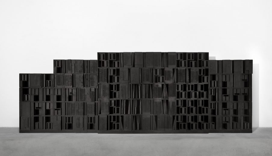 Louise Nevelson: Homage to the Universe, 1968. Painted wood. 284,5 x 862,5 x 30,5 cm. Private Collection. Courtesy Fondazione Marconi, Milan. Photo: Gianni Ummarino, Milan © 2020 Estate of Louise Nevelson / Artists Rights Society (ARS), New York / VISDA