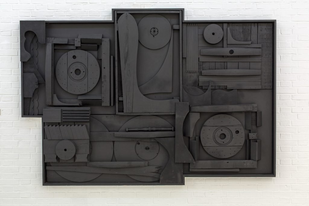 Louise Nevelson: Moon Garden Scape VI, 1969-76. Painted wood, 177,5 x 256 x 17 cm. Kunsten Museum of Modern Art Aalborg, Foto: Niels Fabæk © 2020 Estate of Louise Nevelson / Artists Rights Society (ARS), New York / VISDA