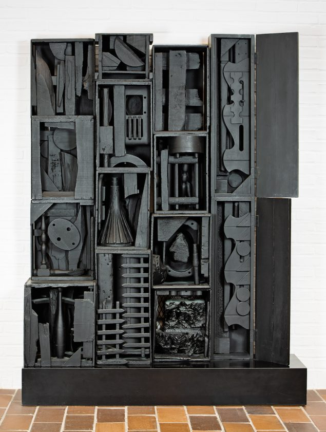 Louise Nevelson: Royal Tide III, 1960. Painted wood, 181 x 143 x 38 cm. Louisiana Museum of Modern Art. © 2020 Estate of Louise Nevelson / Artists Rights Society (ARS), New York / VISDA