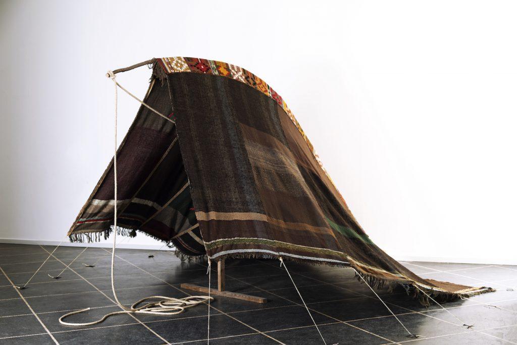 Gallerirevy Ragna Braase Douar - Det sorte telt 1982-83, vævning, reb, snor, træ, gren. 220 x 320 x 400 cm