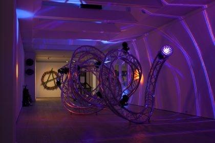 Esben Weile Kjær forfører os ind i natklubbens gesamtkunstwerk