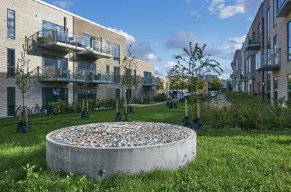 Billedreportage: Mette Winckelmann udsmykker boligområde