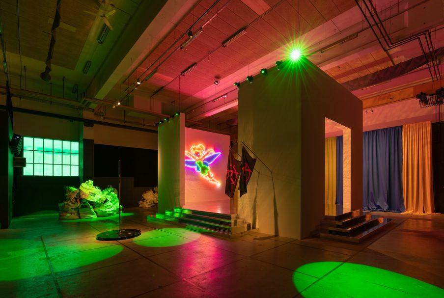 Esben Weile Kjær, HARDCORE FREEDOM, 2020. Installation view på Copenhagen Contemporary. Foto: David Stjernholm.