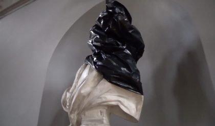 Buste af Frederik V blev smidt i havnen: Kunstnerisk aktion eller hærværk?