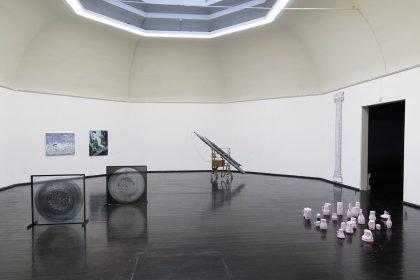 Installationsvue, Kunstnernes Efterårsudstilling 2020. Her ses bl.a. Henrik Soelmark, Yukiko Miyake og Martine Myrup. Foto: I DO ART Agency.