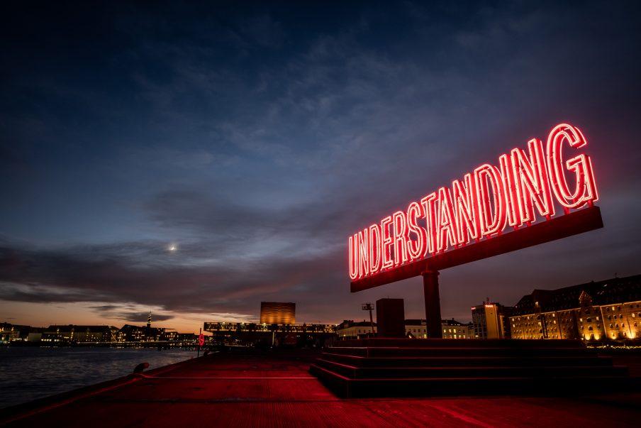 Roskilde Festival rejser lysende kunstinstallation i decembermørket