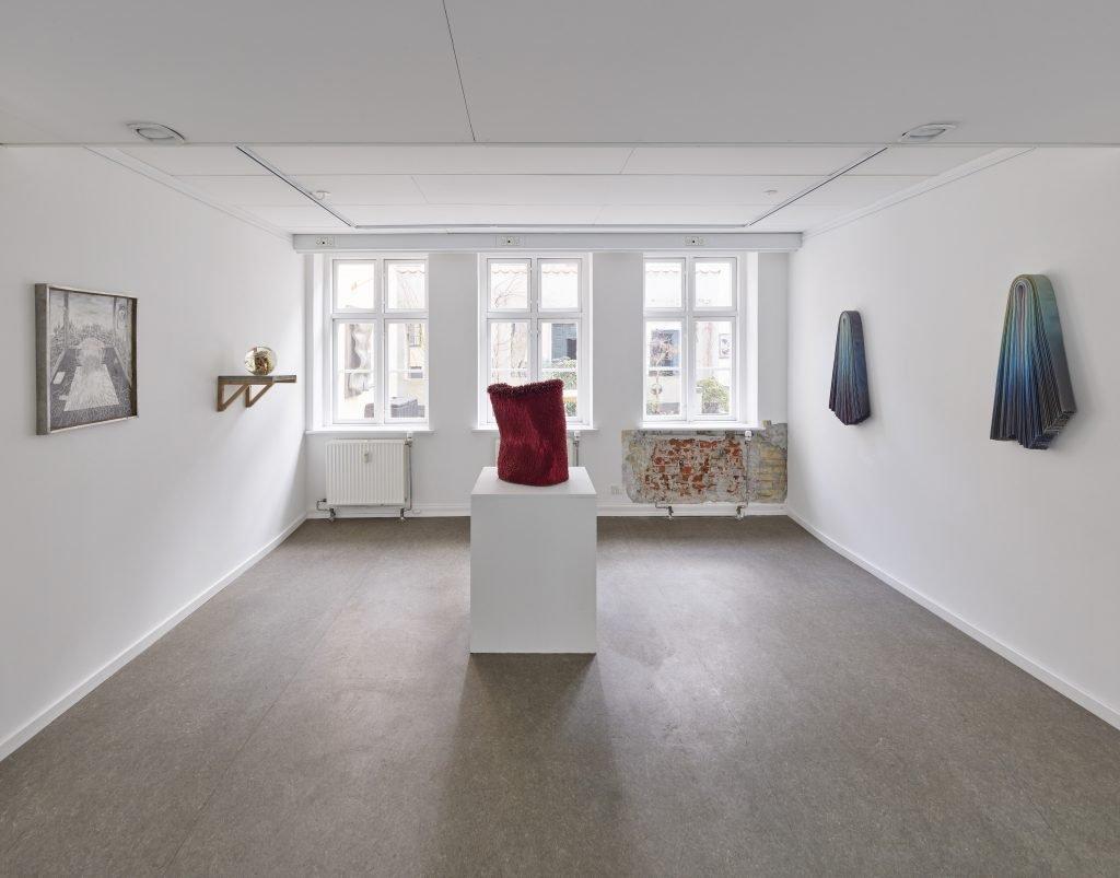 Man-Maid-Nature, udstillingsvue. Her ses værker af Renata Jakowleff, Charlotte Walentin og Silas Inoue. Foto: Anders Sune Berg.