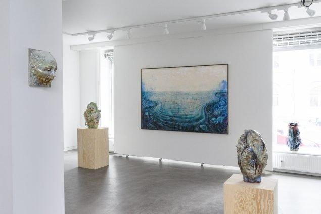 Installationsvue The Great Big Winther Show. Her ses værker af Louise Hindsgavl og Anders Brinch. Foto: Julie Nymann.