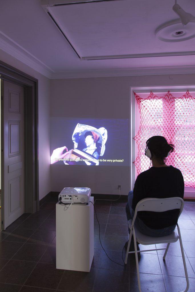 Mia Isabel Edelgart: Sov (video), 2021. Foto: Kevin Malcolm.
