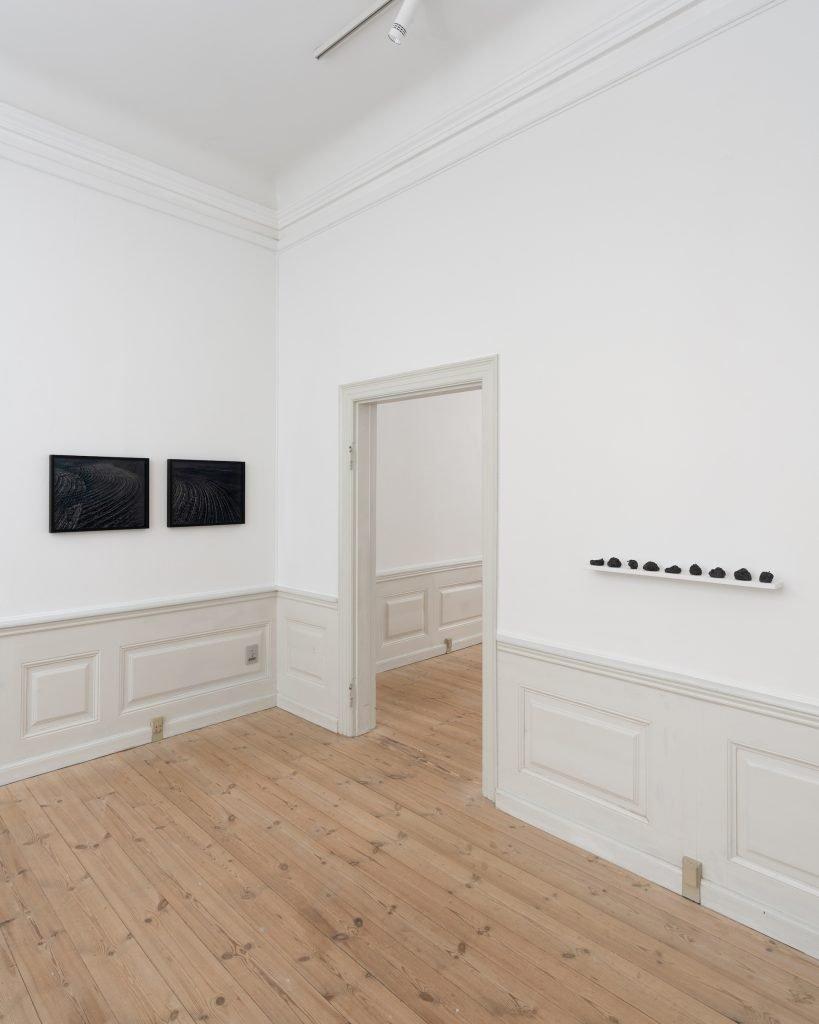 Trine Søndergaard: Nearly Now installationsvue. Her ses bl.a. Muld, Jeg dør en smule for hvert sekund der går, 2020. Foto: David Stjernholm.