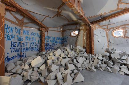Thomas Hirschhorn – ophøjet samvær i ødelæggelsens nærvær