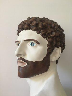 Moa Alskog: Mand med hovedet drejet mod venstre