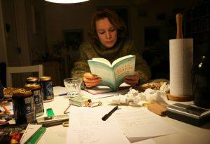 Tine Oksbjerg: Læsende Kvinde ved Bord