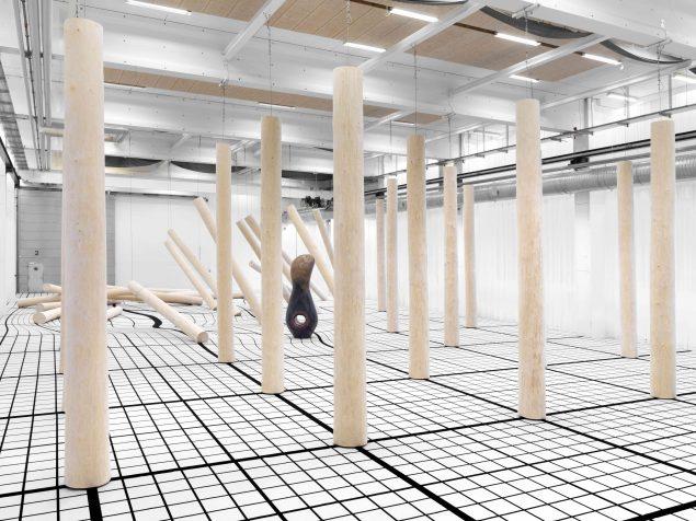 Claudia Comte, I Have Grown Taller from Standing with Trees (2019). Installation på Copenhagen Contemporary. Foto: Roman März